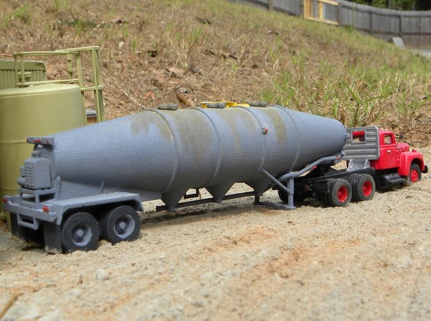 HO 1/87 Dry Bulk Trailer 16 Fruehauf 3d printed My thanks to Randy Hoppe who sent me this photo of the Fruehauf on a diorama.