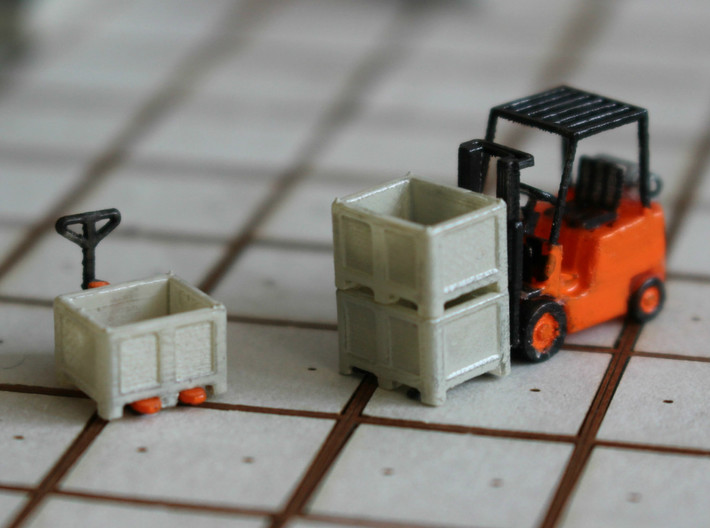 N Scale Palletbox (4pc) 3d printed Pallet boxes, painted, in Frosted Ultra Detail with pallet jack and fork lift. Forklift by Wuttermelon.