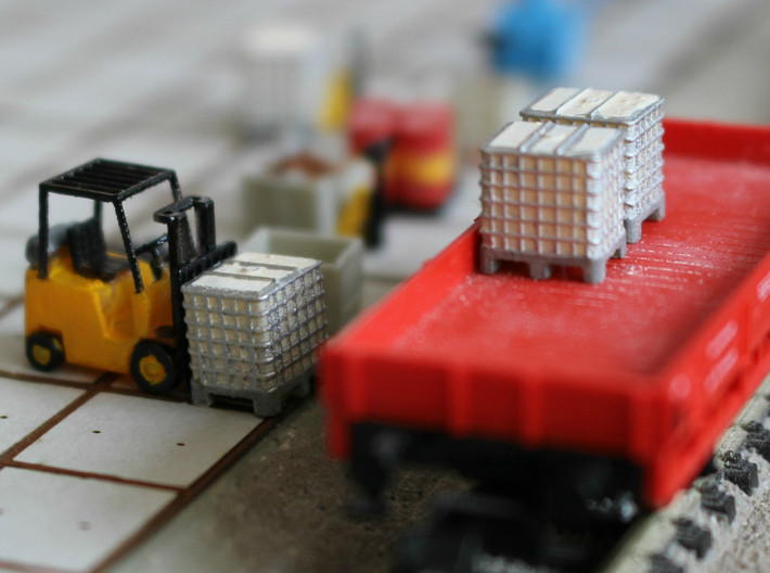 N scale 1000 litre IBC 10pc 3d printed Pallet boxes, painted, in Frosted Ultra Detail with fork lift. Forklift by Wuttermelon.