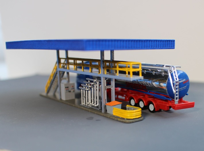 N Tank Truck Loading Bottom (part 1/2) 3d printed Painted platform, the grit box, wheelie bin and control cabinet are sold separately