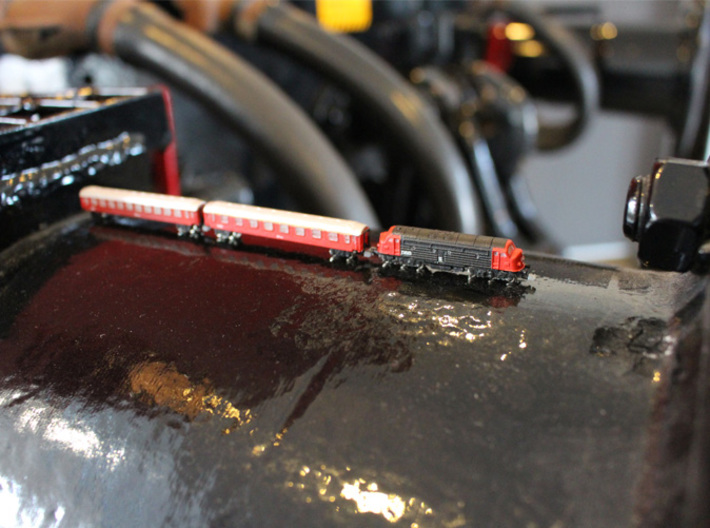 Nohab My T gauge 1:450 3d printed standing on the buffer of a full size DSB My locomotive